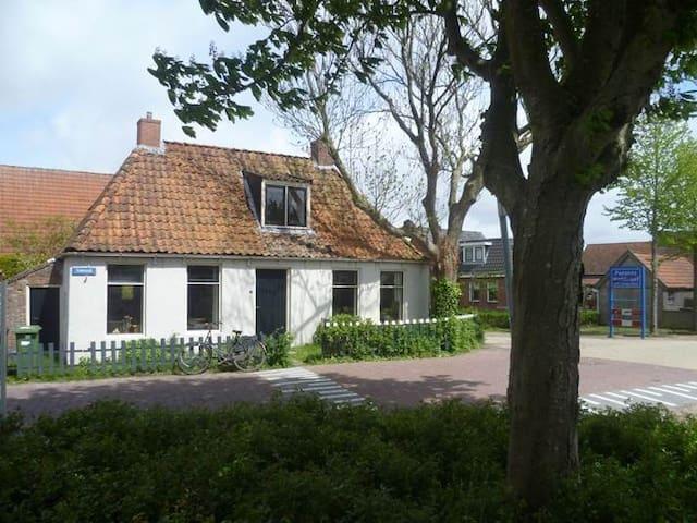 Vissershuisje in het dorp - Moddergat