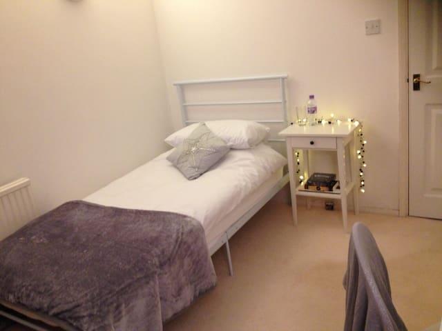 Room in detached home & breakfast - Wokingham - Casa