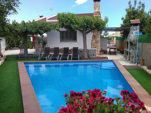 Villa by the sea with private pool - Creixell
