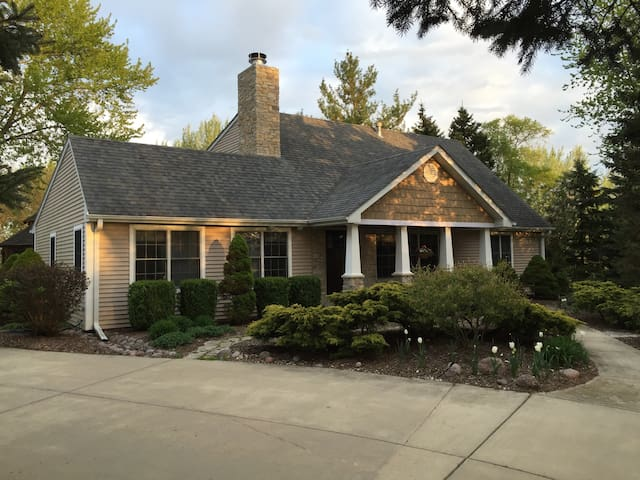 Quiet Relaxing Comfort In A Beautiful Country Home - Batavia