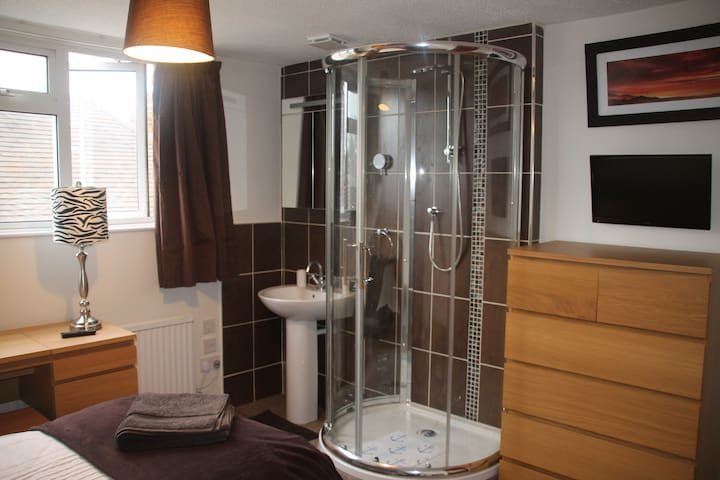 Private room with shower and basin (shared WC) - Woodley - Casa
