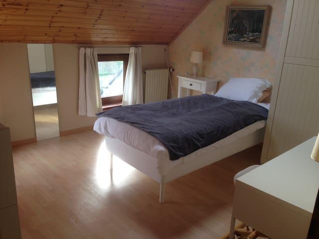 Brigth and friendly single room - Ottignies-Louvain-la-Neuve - Casa