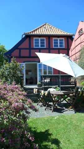 Charming, bright house with view - Svaneke - Casa