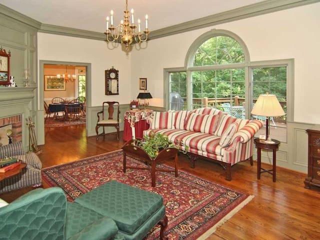 Historic Haven, Elegant Retreat ~ The Garden Room - Martinsville - Talo