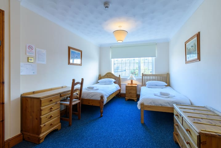 Twin room in Lodge set in landscaped gardens - Willingham