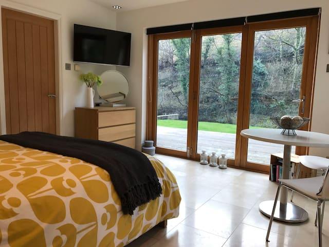 Private annex at Peak District riverside location - Cressbrook - Huis