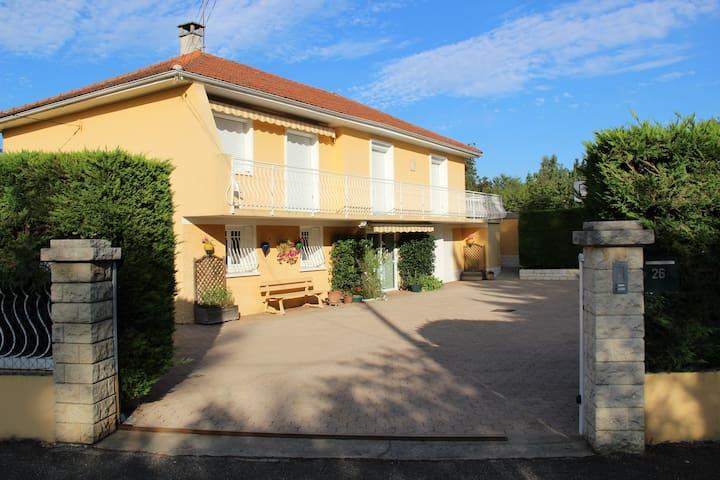 Appart au RDC 56 m² dans une villa situé sud ouest - Rillieux-la-Pape - Villa