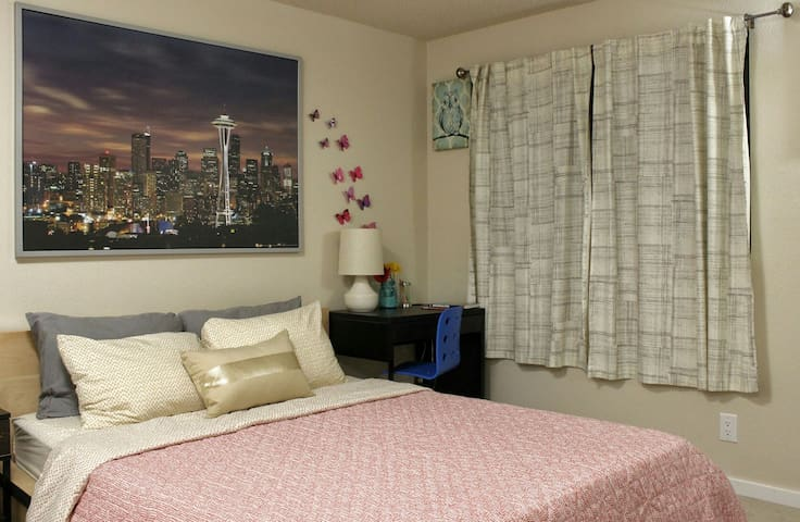 Clean & comfy queen bed, bath in great location - Edmonds
