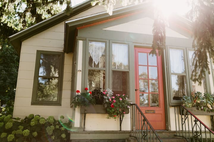 Forest Avenue Bungalow - Muskegon - Дом