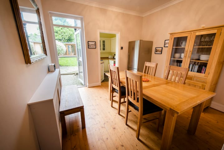 Railway Cottage, 2 bed house with garden, N London - London - Rumah