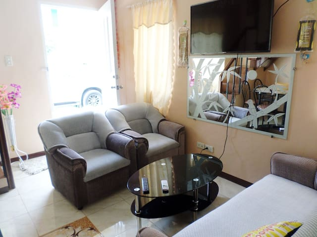 Serene house a perfect home away from home - Tagum City - Casa