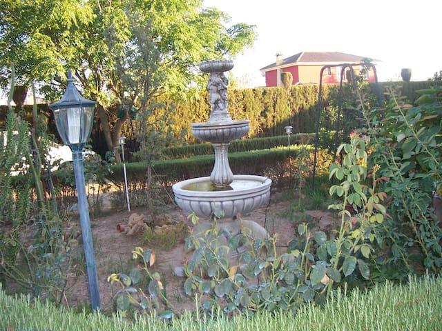 CHALET CON PISCINA Y ZONAS VERDES  EN  ALJARAFE - Palomares del Río - 牧人小屋