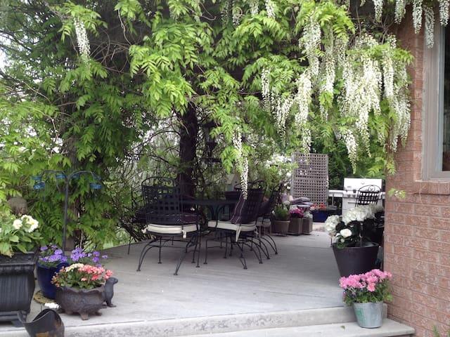 Lulu's Vineyard Under the Wisteria Bedroom #1 - Niagara-on-the-Lake - Bed & Breakfast