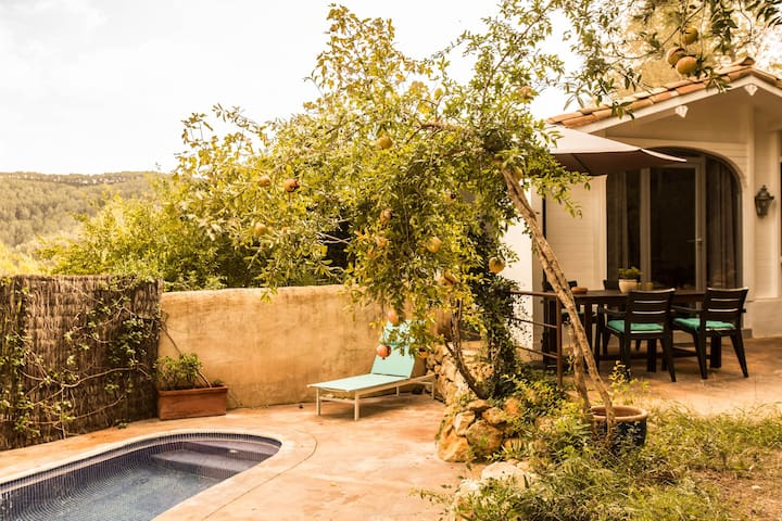 Cottage with Private Garden& Pool - Canyelles