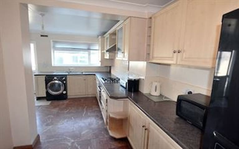 Furnished rooms in a spacious house - Uxbridge - Bed & Breakfast