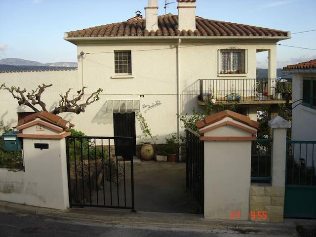 Maison de village avec jardin ( rdc) - Montner - Huis