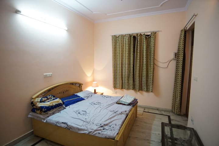 Room on independent floor. Hosted by Indian family - New Delhi - Huis