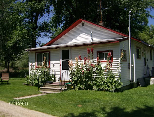 Cottage on Fox River -EAA Housing or quiet getaway - Omro - Huis