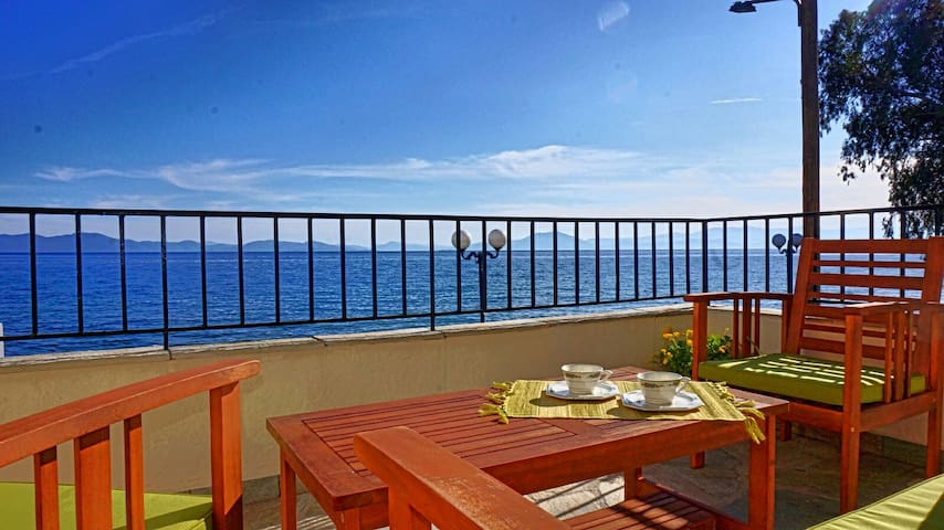 Sea front  two bedroom house,comfortable and cosy! - Καλά Νερά - Leilighet