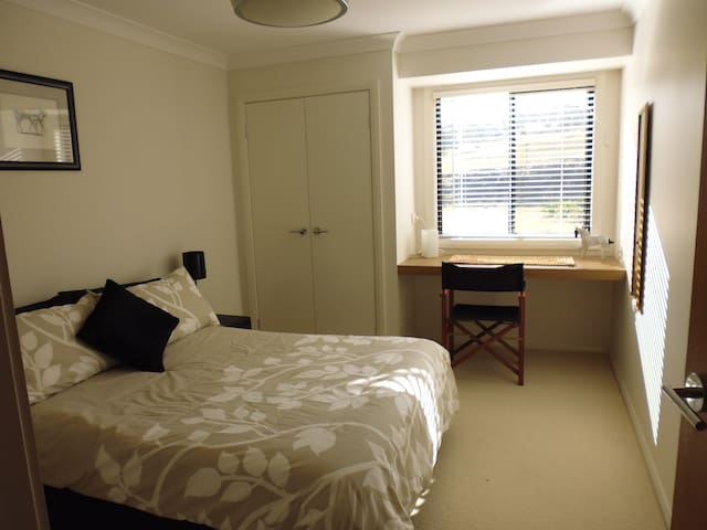 NEW! Double bed + bathroom + theatre & Foxtel! - Glenbawn - Casa