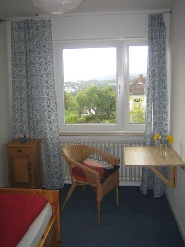 Kleines und feines Zimmer mit eigenem Bad! - Homberg (Efze) - Hus