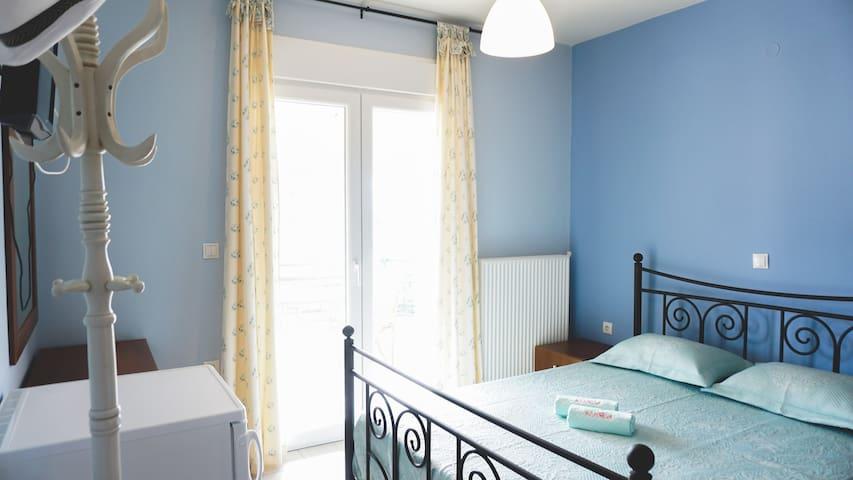 Cozy room with private bathroom & balcony - Thasos - Apartemen