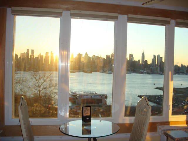 Sunny, Spacious Studio with Breathtaking Views - Weehawken - Apartemen