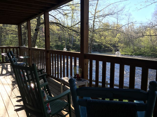 Rustic Retreat on the Little River in the Smokies! - Townsend - Bed & Breakfast