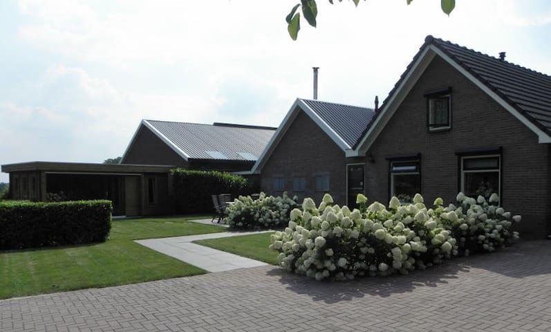 Luxe vakantiehuis met sauna en veranda op Veluwe - Epe - Ev