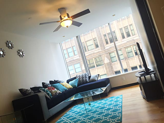 Clean Modern Downtown Apt With City View & Parking - St. Louis - Appartement