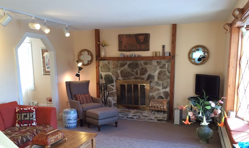 Beautiful private home on 5 acres of pasture! - Landgrove - Casa