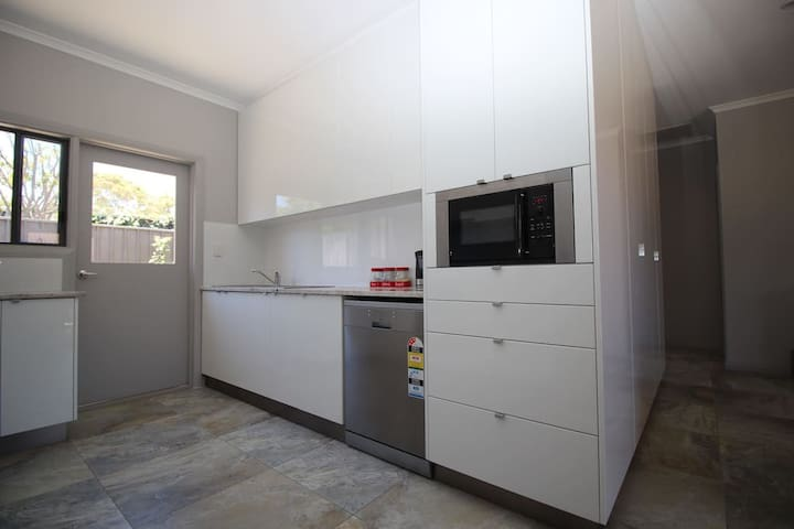 2 cottages LARGE GROUPS - Port Noarlunga - 別墅