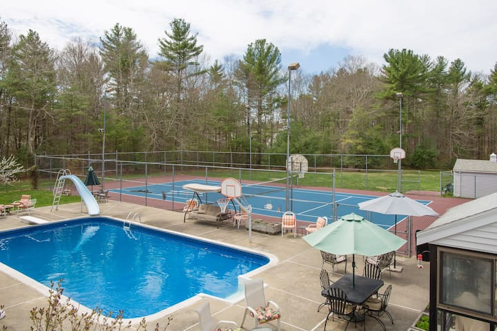 Private retreat setting on 4 acres - Middleborough - Apartemen