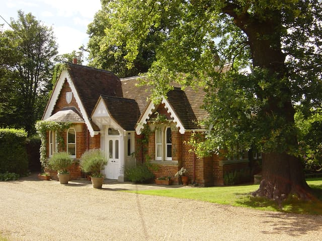 Classic English Country Cottage with great views - Old Windsor - Casa