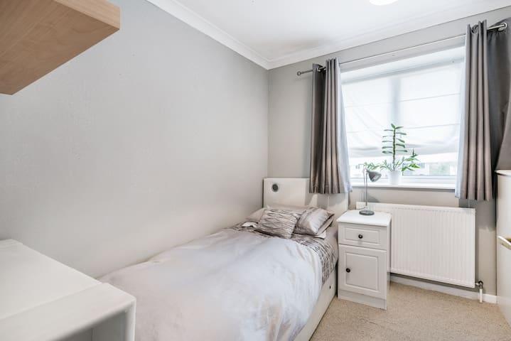 Cosy airy  single room, shared bath, free parking - Abbots Langley - Casa