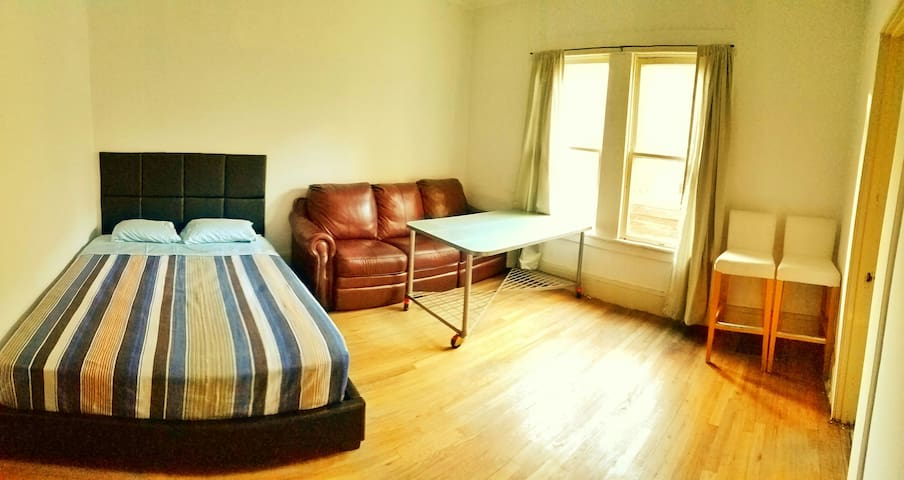 Cozy room w/ Couch &  Free WIFI - Stockton - Huis