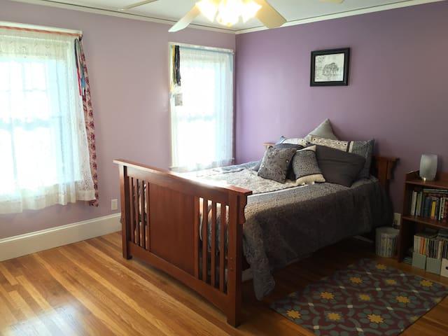 Spacious bedroom in Family Home - Lexington - Casa