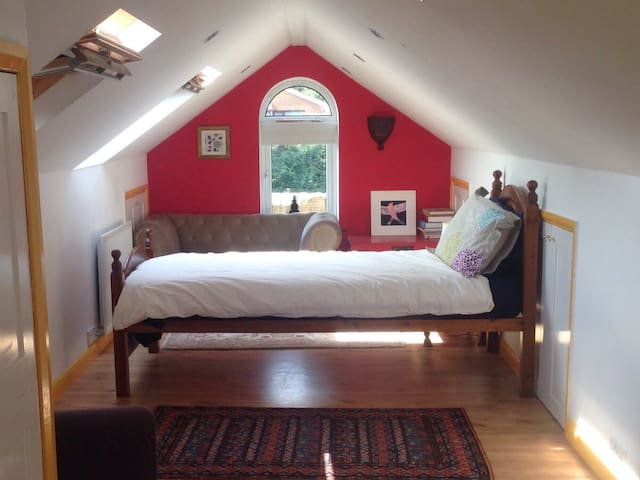 Warm, spacious loft room in Cookham - Cookham - Vindsvåning
