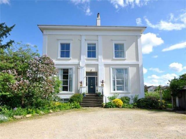 King-sized Period Penthouse in Central Cheltenham! - Челтенхэм - Квартира