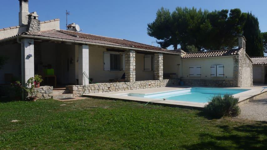Grande maison provençale, jardin,piscine. - Bezouce - Ev