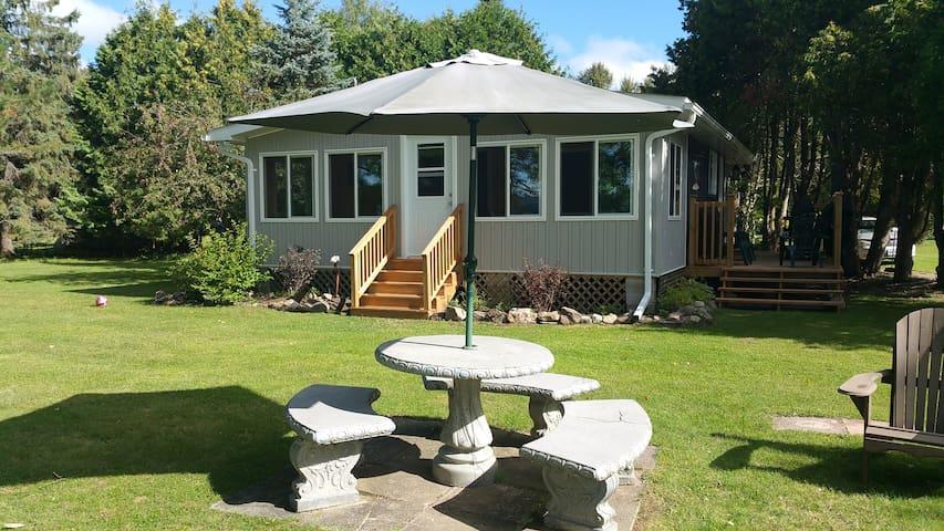Beautiful lakefront cottage on quiet lake. - Eganville - Stuga