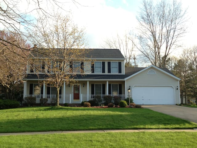 4 bed, 3 bath family home close to the RNC action - Broadview Heights - Casa