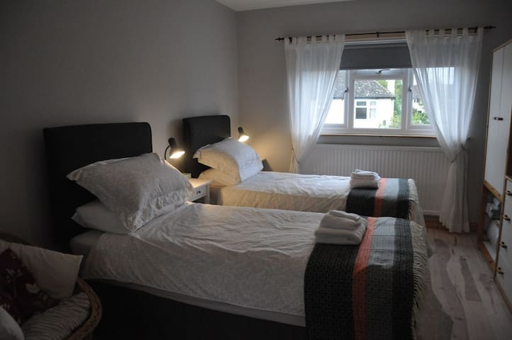 The Old Music Studio ensuite twin/double bedroom - Witney - Haus