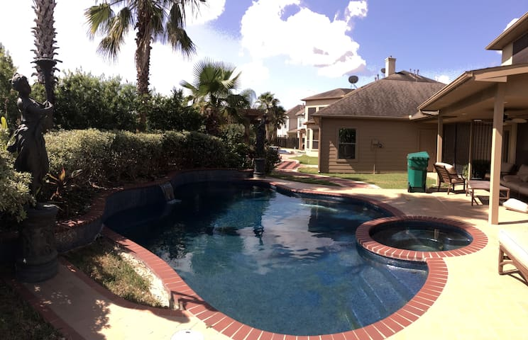 Beautiful 4 Bedroom Home With Pool in Sugarland - Sugar Land - House