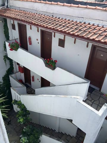 Property of 13 rooms, 13 bathrooms, big courtyard - Neos Marmaras - 家庭式旅館