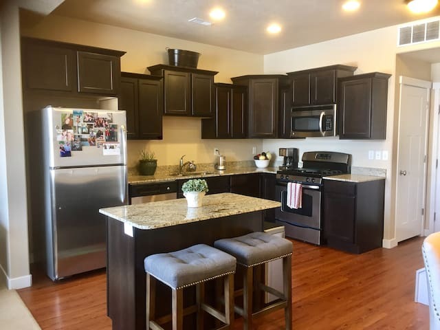Newer Townhouse/Clubhouse Amenities - South Jordan - Stadswoning