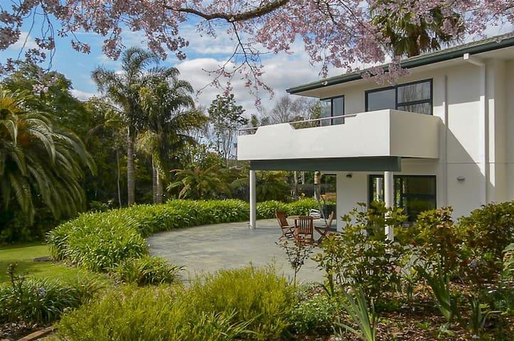 Self Contained Apartment Set in Tropical Garden - Tauranga - Leilighet