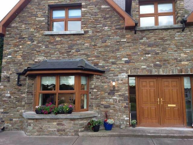 Beautiful ensuite triple room, off street parking - Blarney