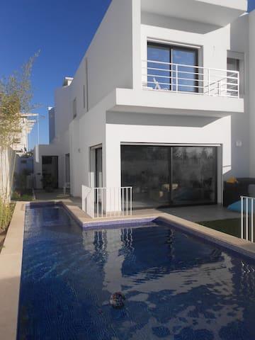 Belle villa moderne, jardin et piscine à la Soukra - La Soukra - Villa