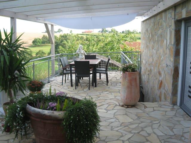 Ruhig gelegene Ferienwohnung mit großer Terrasse - Hardthausen am Kocher - Kondominium